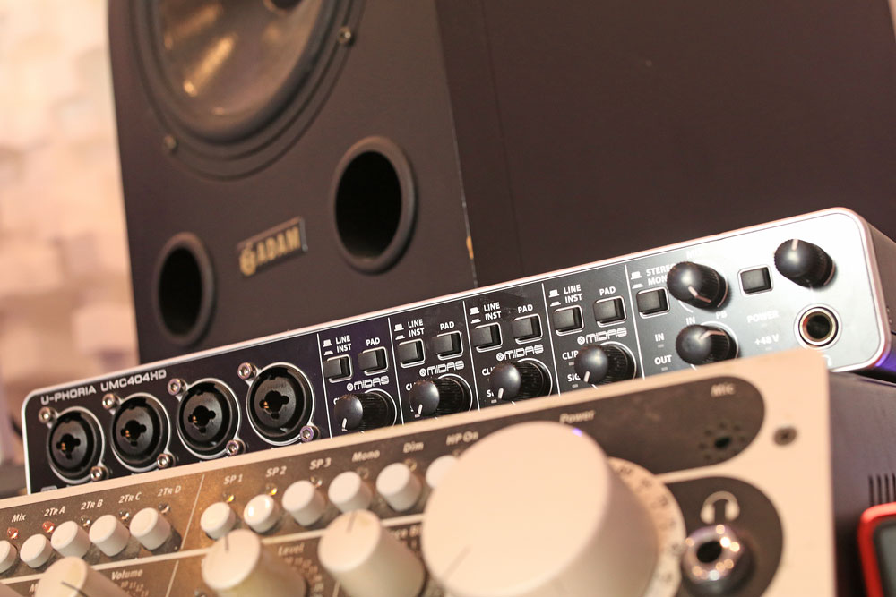 pro-tools-studio-behringer-uphoria-404-audio-interface.jpg