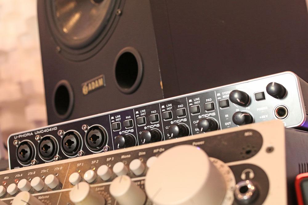 pro-tools-studio-behringer-uphoria-404-audio-interface.jpg