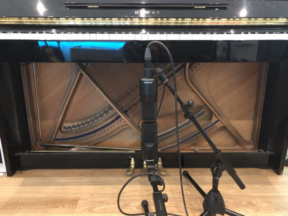 se x1 ribbon condenser microphrone test shootout difference upright acoustic piano.jpg