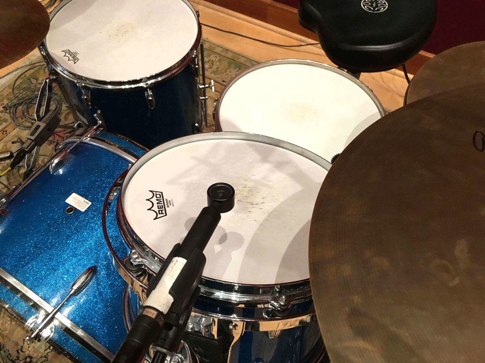 The Josephson e22S always sound excellent on toms, very much like a U67. The lollipop design makes it easy to place. You can see here it's flatly placed to the drum head which helps with rejection of cymbals