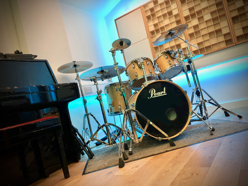 how-to-record-great-multi-track-live-drums-in-the-studio-best-microphone-placement.jpg