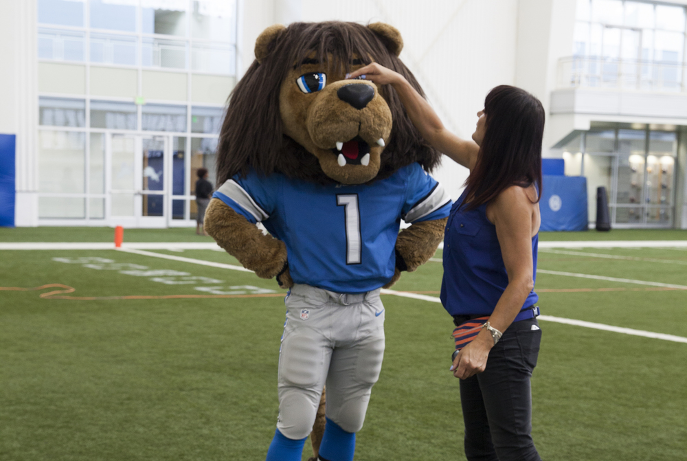 <strong>Sandy styles Detroit Lions' star Roary on Blue Cross shoot</strong>
