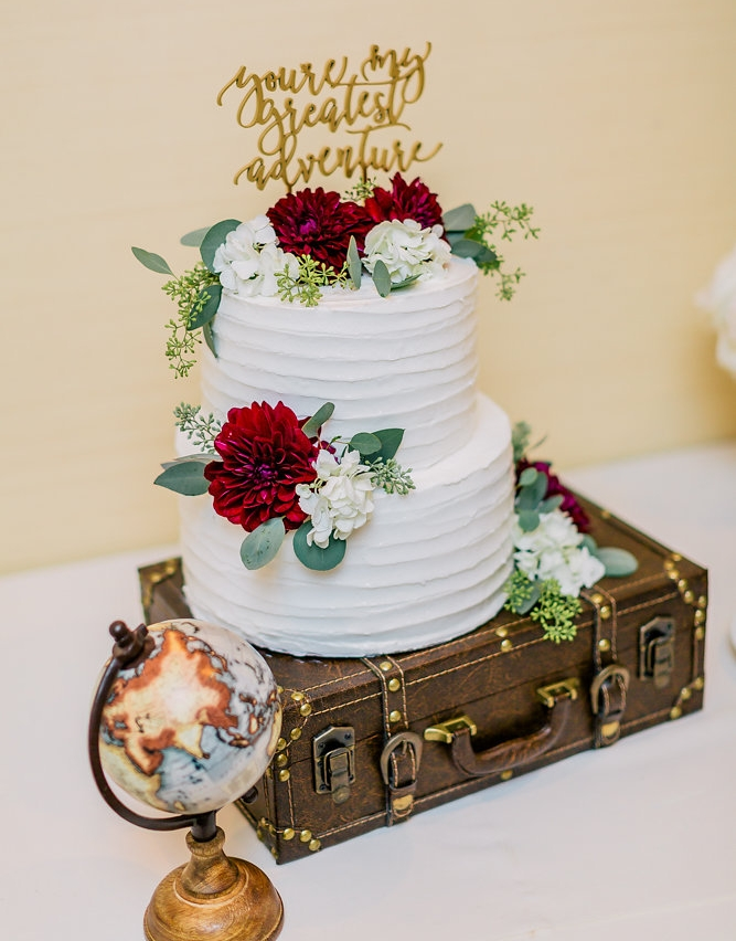"The ""travel"" theme was carried out even on this wedding cake."