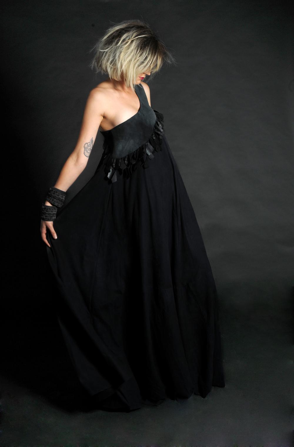 שמלת עור.jpg
