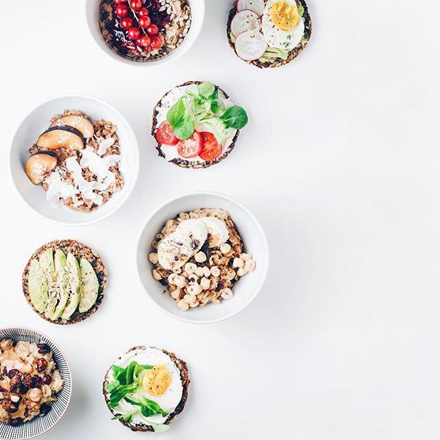 Šajā svētdienā pēc jogas nodarbības cienāsim jūs ar spēcinošām  brokastīm. Būs spēka maizītes gan ar avokado, gan olu, gan humusu, dārzeņiem un diedzējumiem, būs aukstā putra un augļu-ogu bļodiņas, ko varēsi papildināt ar gardām un vērtīgām piedevām. Cienāsim ar banānmaizi, mundrinošu ziemas tēju un mājupceļam dāvāsim enerģisku batoniņu.  Joga&Brokastis notikumam, kas notiks šo svētdien, 11.12. @dchstudija piesakies iepriekš, rakstot uz info@dchstudija.lv #divi10 #dchstudija