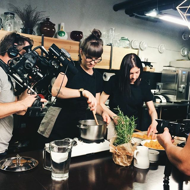 """Kad mūs uzrunāja piedalīties raidījumā """"Es mīlu ēdienu"""", nospriedām, kāpēc gan nepastāstīt DIVI10 stāstu jums un reizē iedvesmot gatavot kopā ar mums, un piekritām. Labs vakars, mūsu ēdiens un smiekli kopā ar Ilzi Jurkāni. Iepazīsties ar mums raidījuma 8.sērijā, noskatoties online: ej.uz/esmiluedienu_DIVI10"""