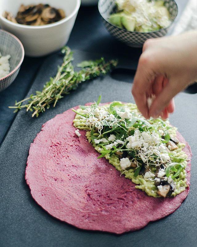 Kad sāk apnikt ierastās vakariņu izvēles un ledusskapī atrodas vārītas bietes, tad top ideja par biešu-griķu pankūkām, kuras var pildīt ar jebko, ko sirds kāro. Tās ir tieši tādas pankūkas, kuras var baudīt ne tikai brīvdienās brokastīs, bet arī darba dienu vakariņās kopā ar avokado, sēnēm, sieru un zaļumiem. Recepti kā vienmēr atradīsi: www.divi10.com/receptes #divi10 #homemadelv
