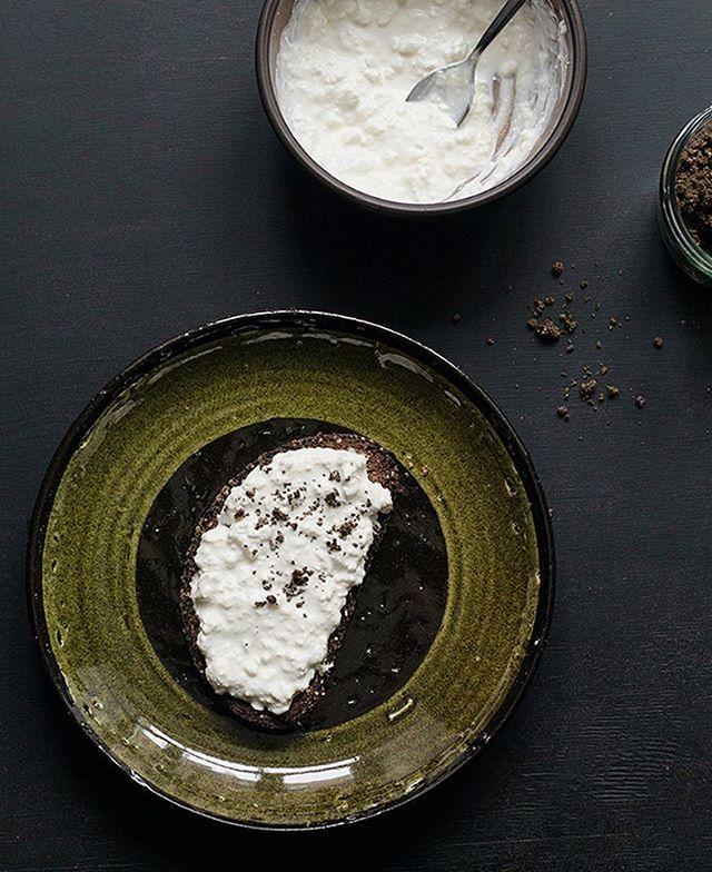 """Tā mums izskatās ašais launags vai brokastis. Ķelmēnu rupjmaize ar gardu biezpienu vai avokado, olu un rupjā maluma kaņepju aizdaru no Z/S """"Adzelvieši"""". // Quick snack for a busy afternoon - Latvian rye bread with cottage cheese or avocado, egg and roasted hemp seeds. Pure and simple. #divi10 #thisislatvia #homemadelv"""