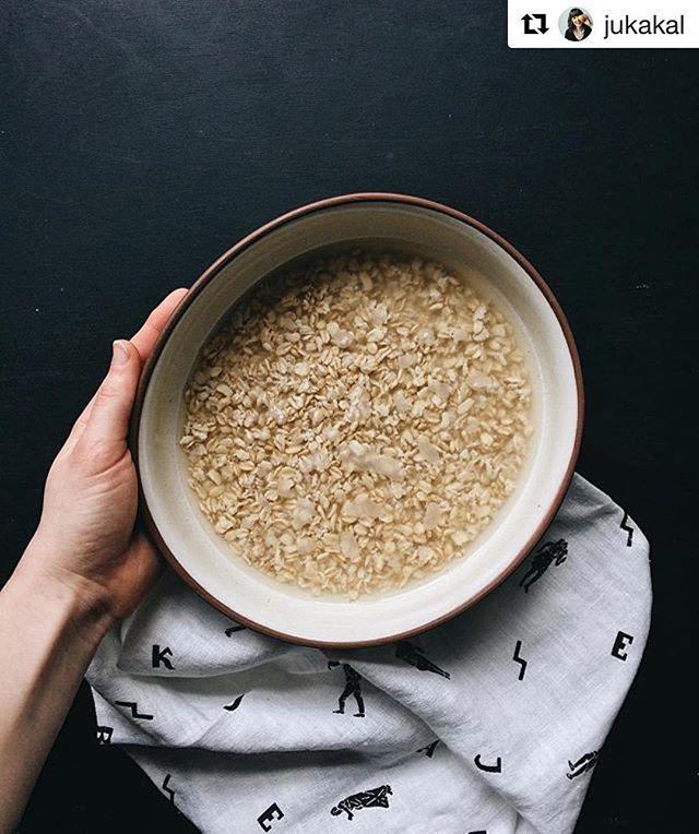 Mūsu laba drauga @la.arnica iedvesmotas gatavojam auzu pienu mājās. Tas ir pavisam vienkārši, turklāt krietni vien ietaupīs maciņa biezumu. Eksperimentēsim un dosim iespēju par to lasīt arī www.divi10.com drīzumā. / Inspired by our good friend @la.arnica who is going to zero waste lifestyle, we decided to make our own oat milk. So easy. #oatmilk #homemadelv #divi10