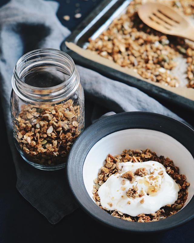 Šoreiz devām iespēju prosai sevi pierādīt nevis putrā, bet kraukšķīgā brokastu granolas formā un rezultāts mums dikti patika. 🌾 Šis ir arī labs veids, kā izlietot putraimu krājumus, tos novārot vakariņās, bet to pārpalikumus - vēlāk sacept granolā.  Recepte, kā vienmēr www.divi10.com/receptes. #divi10 #homemadelv #milletgranola