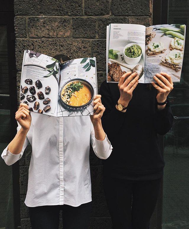 """Tik forši pakavēties priecīgās atmiņās! Šoreiz par mūsu piedzīvojumu LTV1 raidījumā """"Es mīlu ēdienu"""". Dalāmies ar mūsu raidījuma stāstu un gatavoto ēdienu receptēm arī taustāmā formātā - svaigākajā @piegalda žurnāla numurā. Lai sanāk iedvesmoties un pagatavot gardumu pilnu galdu arī jums! #divi10 #piegalda #esmiluedienu"""