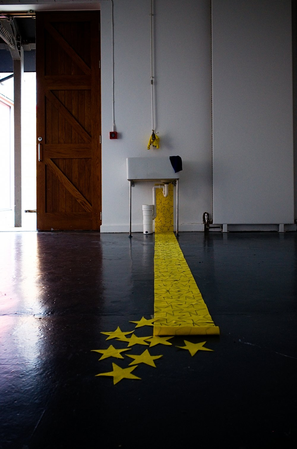 antonis-sideras-performance-art-queer-counting-stars-4