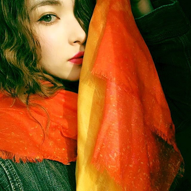 "Rio Hoshiya is wearing the orange stole ""Extra Labyrinth5"" in silk & modal."