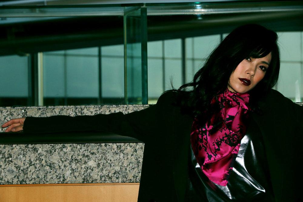 オンラインでシルクスカーフを購入する. 日本製. 網路上購買日本製絲巾. Buy silk fashion scarf online. Scarves made in Japan in limited edition.