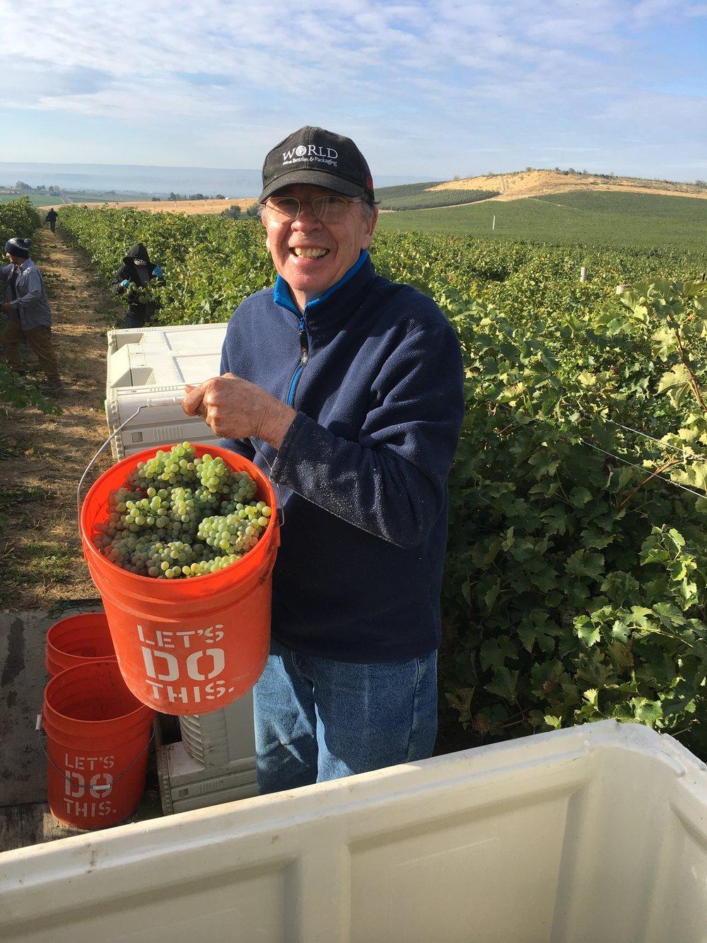 A mi papá le gusta ayudar con la cosecha