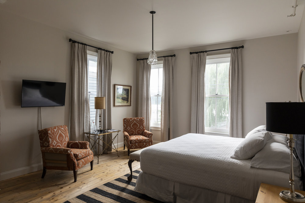 This bright room features a magficient view of the Hudson River and our beautiful willows at the River Grill, a king bed, sitting area and large bathroom. - 350 sq ft$279.00 per night for up to 2 people