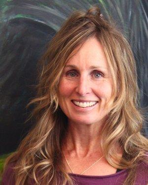 Wendy Tillett - Entraineur sénior et instructrice de yoga, elle apporte un sens de l'humour unique et une énergie sans bornes à son entrainement et à tous ceux qui l'entourent. Vous la retrouverez au centre en train de soulever des poids très lourds, pour ensuite danser pour le reste de l'intervalle ! Lorsqu'elle n'enseigne pas au Centre d'entrainement BAM Training, Wendy peint (jetez un œil à ses œuvres ! www.wendytillett.ca) ou, dépendamment de la saison, elle fait de la bicyclette, de la course, du ski ou de la planche SUP. Ses autres intérêts incluent l'environnement, la faune, les voyages et les triathlons. Certifications : Natural Trainer Level 2, WKC Kettlebell Trainer, Ashtanga, Suspension Trainer Specialist, Yoga Instructor, RCR/premiers soins.