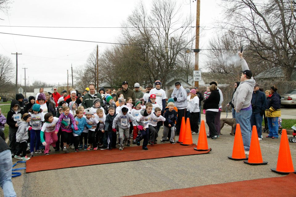 2013 smART run participants take off after the starting gun.