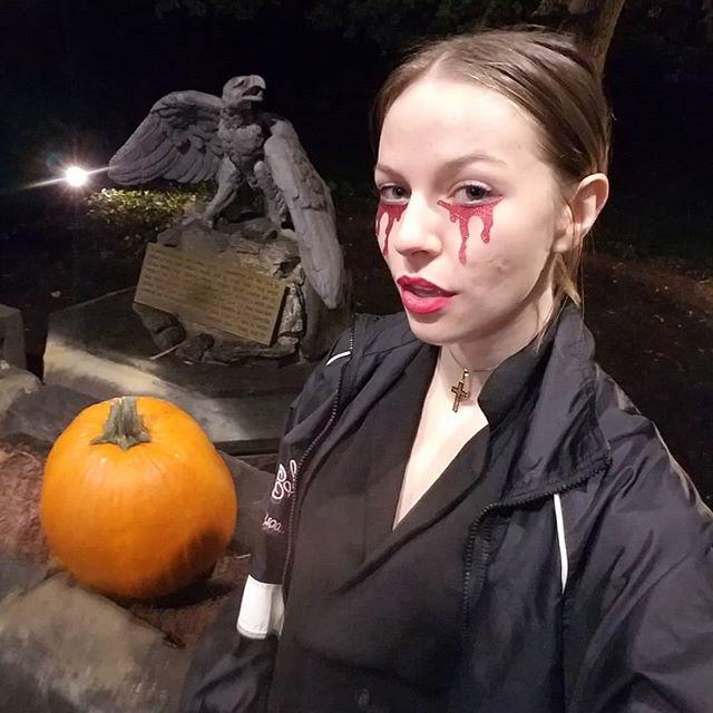 When you #literallycannot wait for halloween 🍂🎃🍂🎃🍂 #halloweencostume #halloweenmakeup #halloween2018 #pumpkin #gargoyle #cuties #graveyardgirl #graveyard #dead #fallseason2018 #doittoem