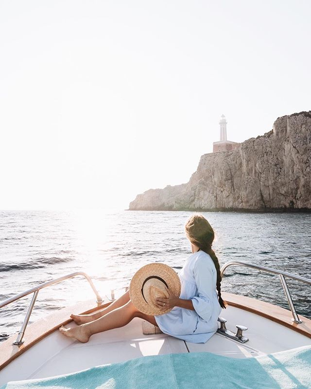 Warm evenings along the coast of Capri on our way to the Blue Grotto. There's no better feeling than cruising along the water, watching the sun go down. Thanks @capriboatservice for taking us out to explore the coast here.