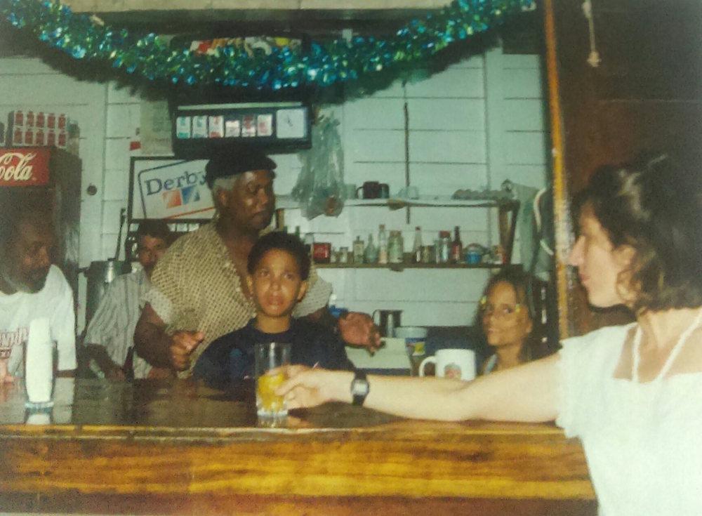 MD_001_002    Rest. Selvin. Navidad    Punta Uva    1999   Detras del Bar Eddie Bryan, Eliberto, Selvin Brown, Marcus Brown, Simone Bryan y mujer no identificada