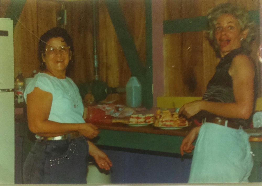 MD_001_001    En la Cocina de Escuela Rio Negro    Cocles    1995    Dona Edith Rodriguez y Monica Donley preparan las bocas para celebrar la graduacion de los estudiantes del sexto grado