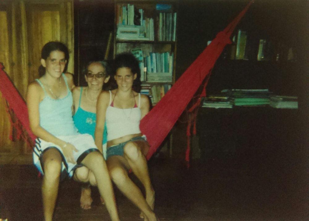 MD_001_004   En la casa de Veronica    Puerto Viejo    2011?   Veronica y sus hijas, Shanti y Maya.   Fotógrafo: Monica Donley