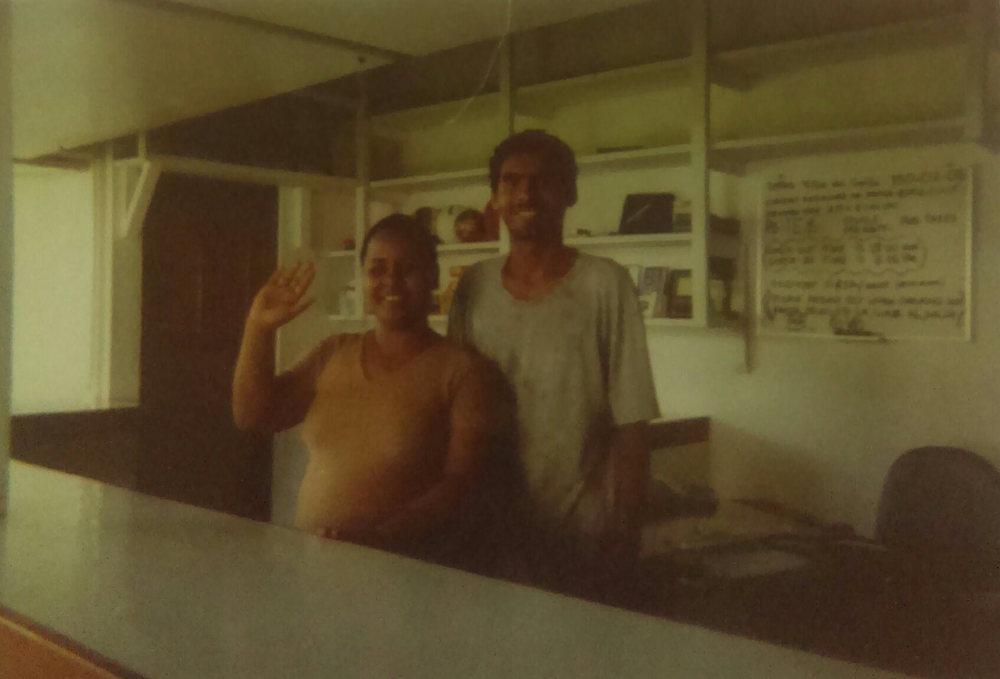 MD_001_007    Cocles    2007?   En la oficina del Hotel Villas del Caribe    Carol Baker y Alvaro Amado    Fotógrafo: Monica Donley