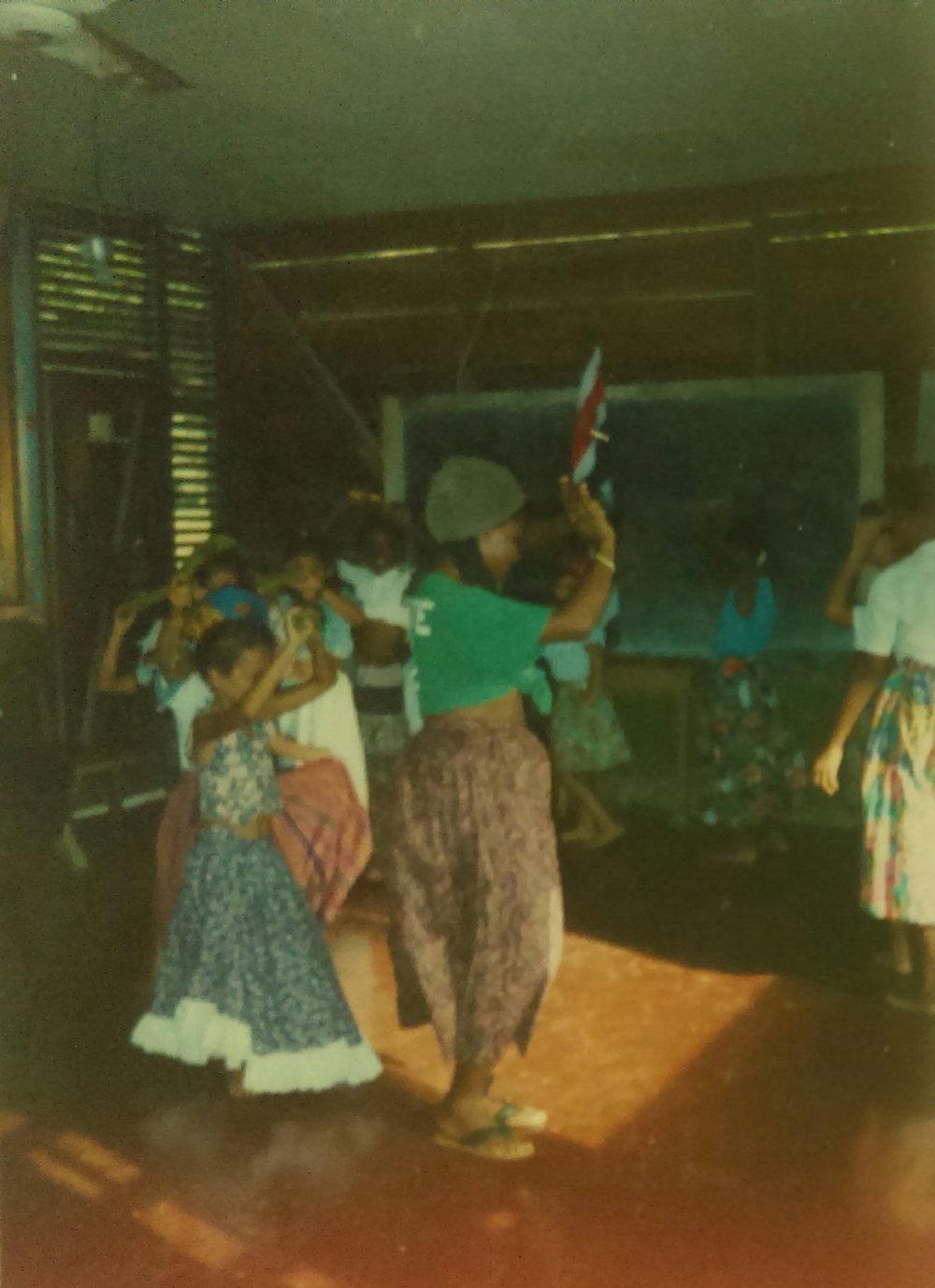 MD_001_009    Curso del Verano    Punta Uva    2/1/1997    Unas maestras hicieron una escuela del verano en las cabinas de Selvin.   Primera nina es Simone Bryan.