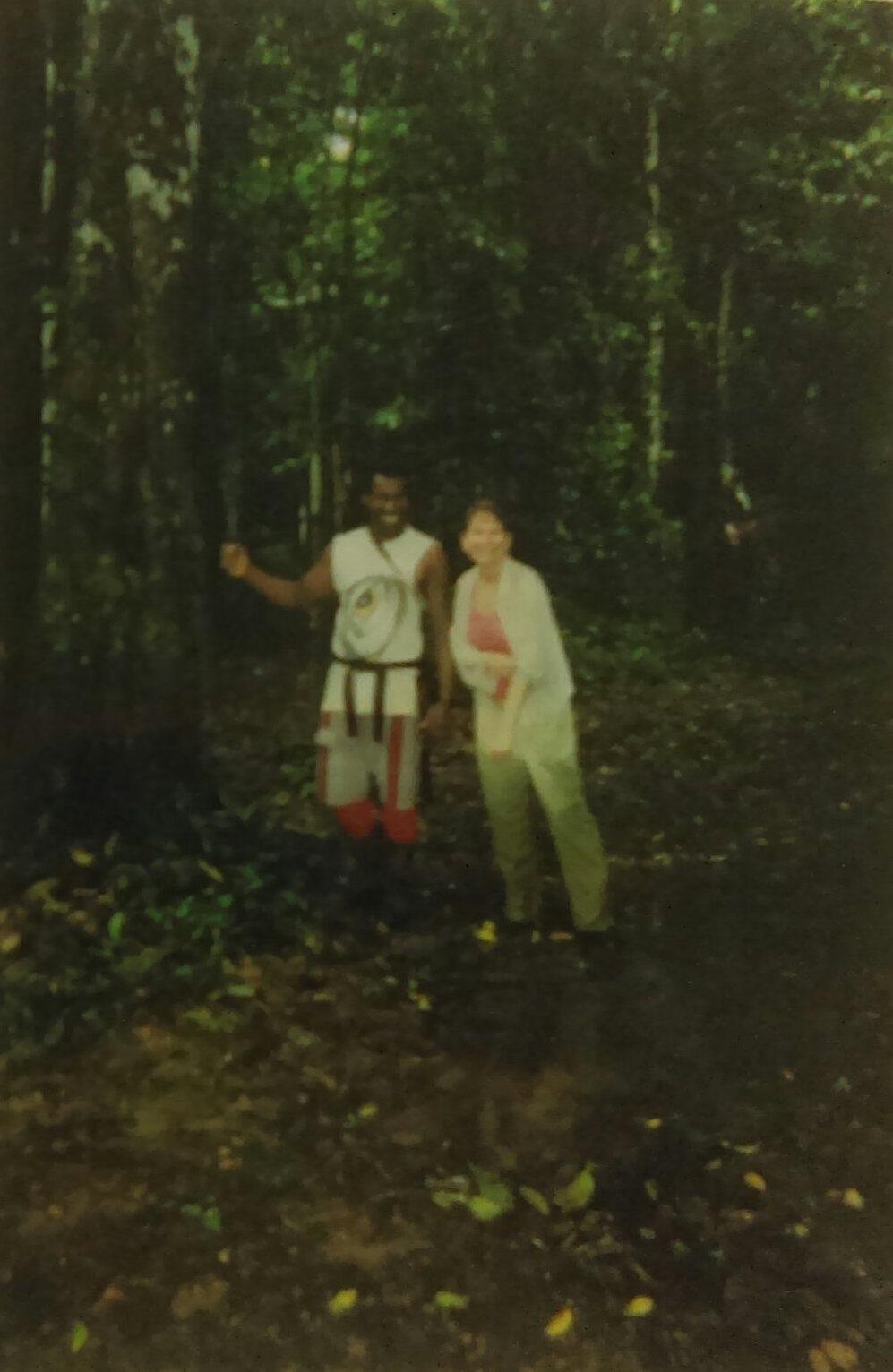 """MD_001_011    Manzanillo bosque    Manzanillo    2006    Tino guia a Monica por la selva de Manzanillo """"   Florentino (Tino) y Monica Donley""""   Fotógrafo: Sarah Dowell"""