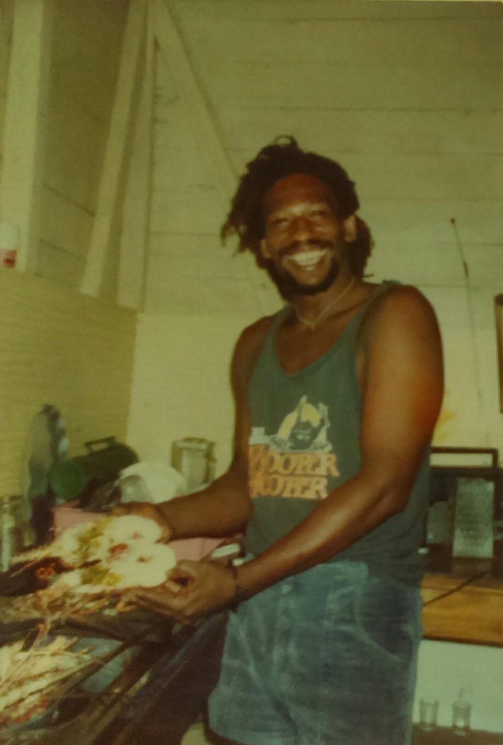 MD_001_010    Daniel Brown y la langosta    Playa Chiquita    1993?   En la Soda Acuario?   Daniel acaba de cocinar langosta.