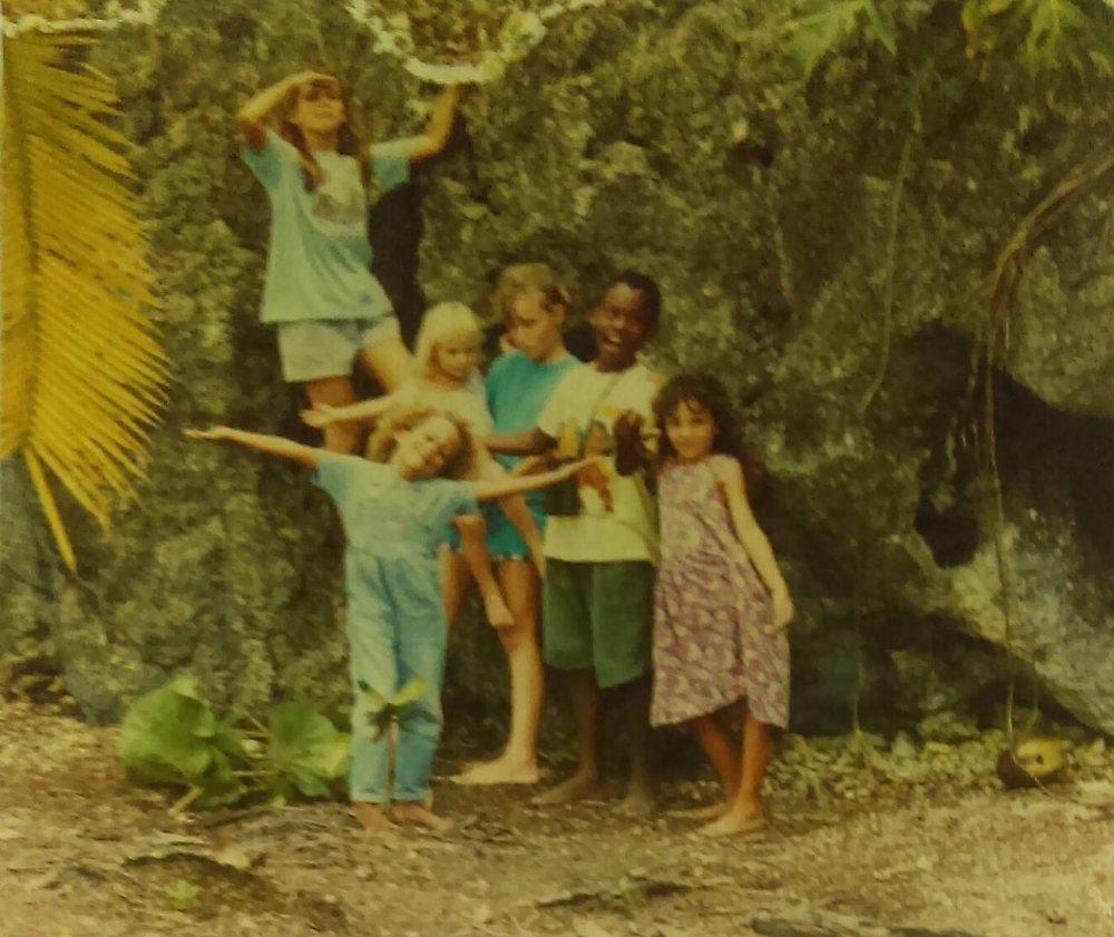 """MD_001_012    Chicos disfrutando Manzanillo    Manzanillo    1994 o 1995   Un turista y artista aleman, Helmut, llevo a varios ninos de Punta Uva a lugares cercanos.""""   Selva, Simone, Shanti y Amber (turistas hermanas), Darnel y Jackie    Fotógrafo: Helmut"""