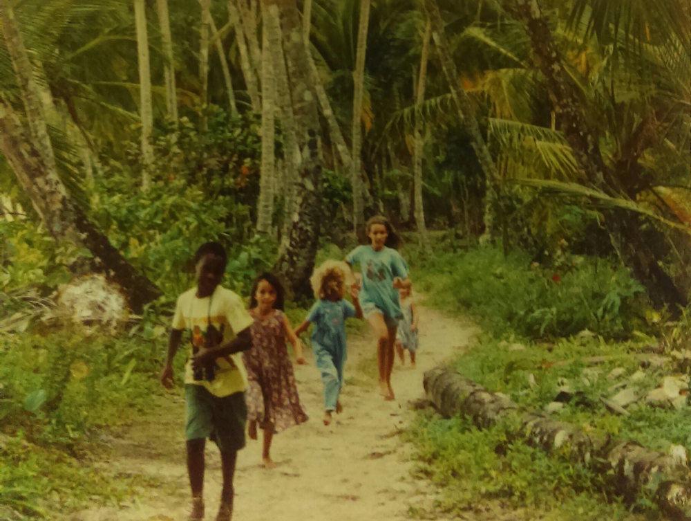 MD_001_013    Manzanillo    1995    Helmut llevo a los ninos por el camino del cocotero entre Punta Uva y Manzanillo.   Darnel, Jackie, Simone, Selva y Shanti Fotógrafo: Helmut