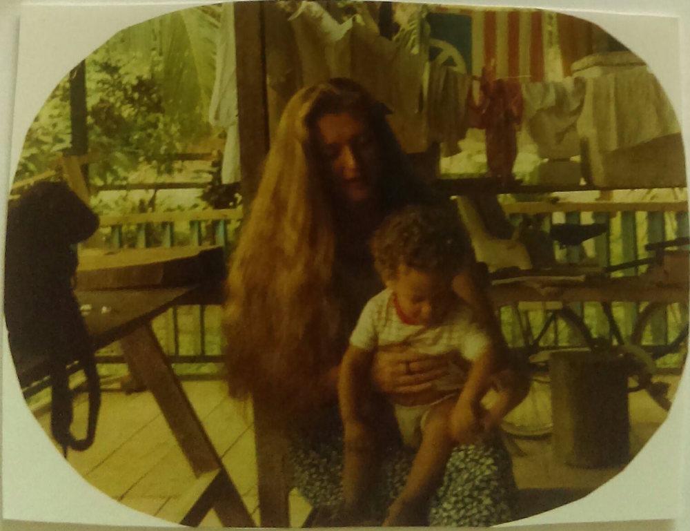 MD_001_017    Punta Uva    1990    La familia de Eddie Bryan y Elena Brown vivian en las cabinas en 1990. Sandra era muy amiga de todos.    Elena cocinaba y limpiaba para el restaurante y las cabinas de su hermano, Selvin. Tambien vivian Guapo y Silvia Brown y su hija recien nacida, Catarina.