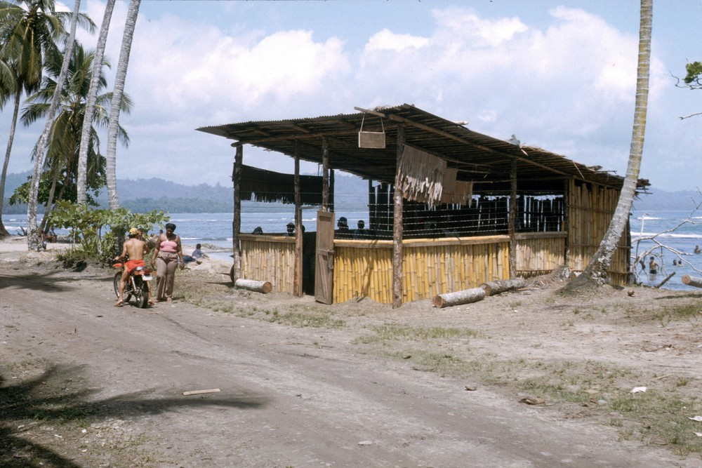 Primer Construcción del Bambú   Puerto Viejo    1988    CZ_001_014