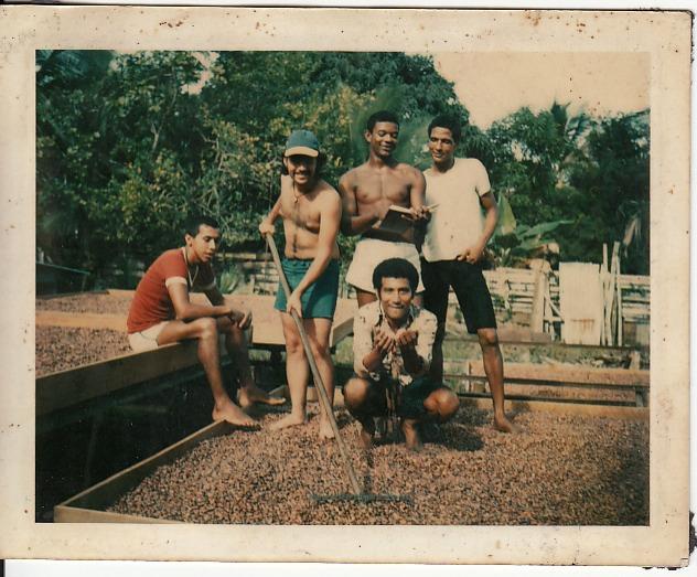 """'Secando Cacao""""   Puerto Viejo centro   1975   Cosechas abundante    Personas: Mauricio Salazar, Arturo; Papito Bryant  Colaborador: Mauricio Salazar Salazar  CC_001_002"""