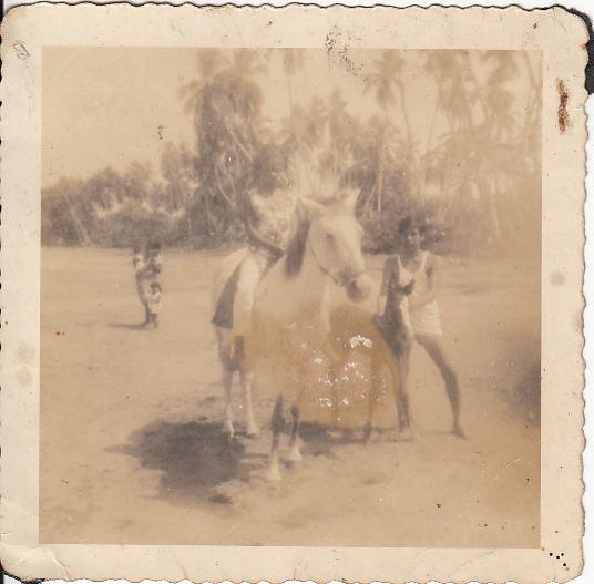 """""""Mi familia""""   Playa Negra   1965   Mi hermana y mi primer caballo     Personas: Rita Salazar  Colaborador: Mauricio Salazar Salazar  CC_001_006"""