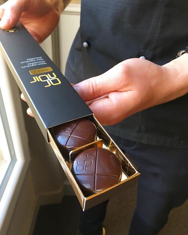 Vi har fundet den smagsprofil i chokoladen, vi drømte om 👏🏻👌🏼 Nu tager vi små smagsprøver med hjem til ismageriet, og tester chokoladen i vores egen is 🤞🏼 #kastbergsegenchokolade #cacaobarry #callebaut #kastbergs #kastbergis