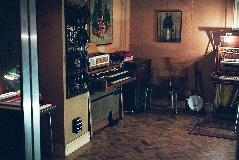 Live room hammond corner wider.jpg