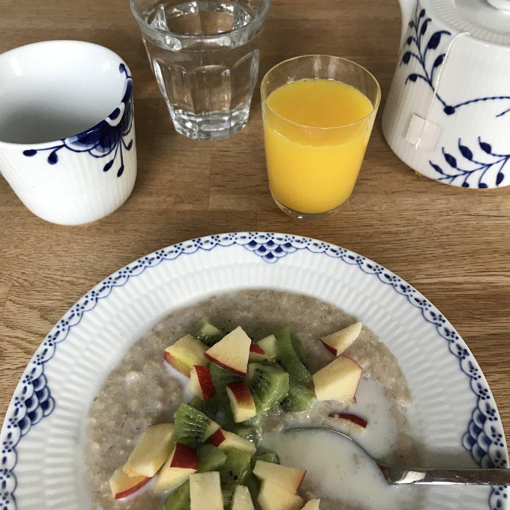Favourite oak flake porridge with fruits. Easy to make. 📷 Rikke Hjuler