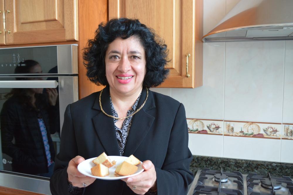 Alma Rosa en su cocina, presentando las astorgas. © Elena Sampietro
