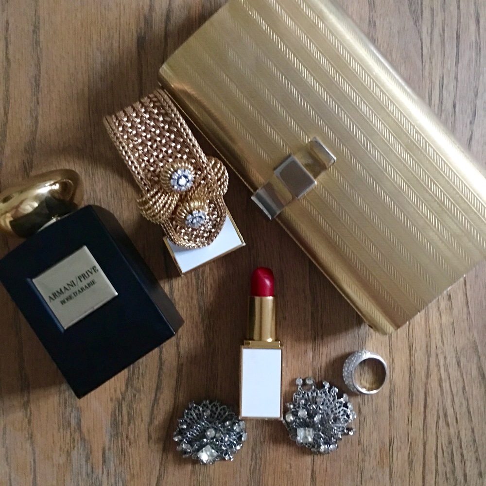 Perfect accessories, vintage clutch and earrings.