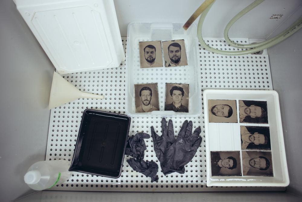 Hier ein Behind-the-Scenes Bild wie unsere neuen Profilbilder nach dem Kollodium Nassplattenverfahren (Wetplate) von 1851 entstanden sind. Die Bilder die auf sehr dünnes schwarz lackiertes Aluminium Fotografiert sind, befinden sich hier in der Wässerungsphase. Dabei werden jegliche Chemischen Rückstände herausgewaschen. Die Bilder von uns (sog. Tintypes) werden Teil der Ausstellung sein.