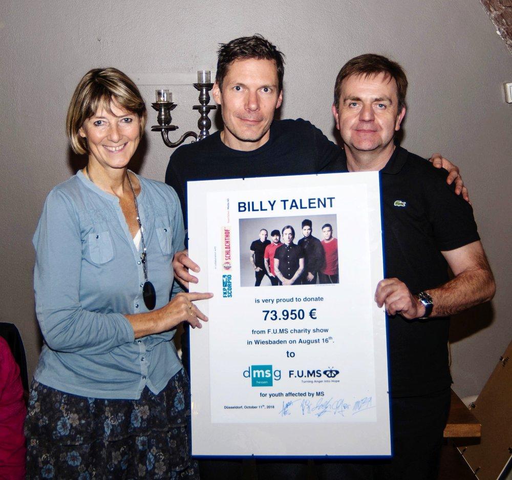 Es zeigt (v.l.n.r) Andrea Arntz (Vorstandsmitglied DMSG NRW), Aaron Solowoniuk (Schlagzeuger Billy Talent) und Bernd Crusius (Geschäftsführer DMSG Hessen) [Source: DMSg]