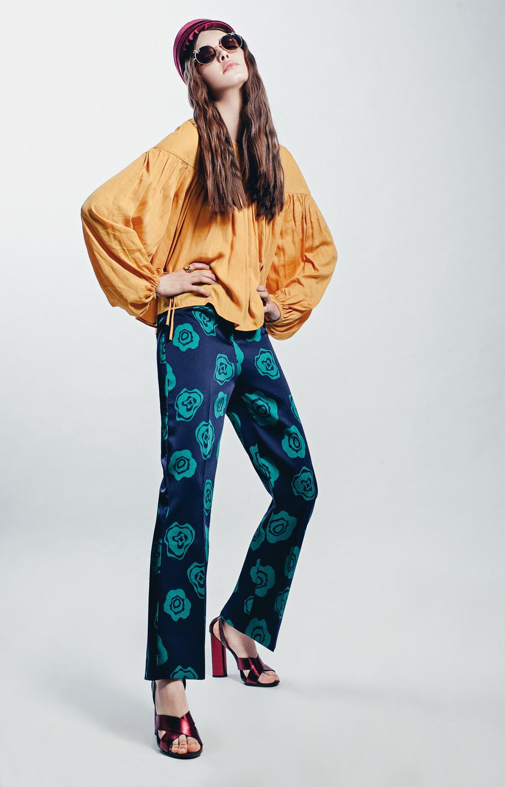 Hippie Deluxe  Top din panza, H&M, 159 lei; pantaloni din satin, H&M, 199 lei; ochelari de soare, H&M, 19,90 lei; palarie din catifea, Gabriela Dumitran, gabrieladumitran. com, pret lacerere; inel metalic, Louis Vuitton, 1.400 lei; sandale din piele lacuita, Gucci, pretla cerere.