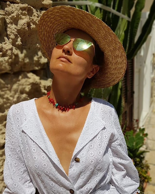 Corals for hot summer days (see tags for more) @alexandracaspruf.jewelry @blouseroumaineshop #monopoli #puglia