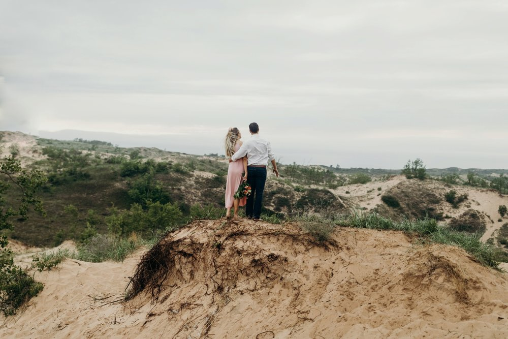 Sleeping_Bear_Dunes_Couples_Adventure_Session_Adventure_Wedding_Photographer_Hiking_with_Heels_Brett+Emily-48.jpg
