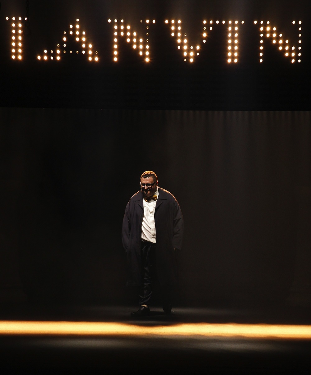 Alber Elbaz takes his final bow at Lanvin Spring/Summer 2016 show.