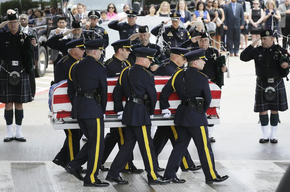 Members of an honour guard carry the flag draped casket holding slain Dallas Police officer Michael Krol after a funeral service at Prestonwood Baptist Church in Plano, Texas, on 15th July 2016. Krol was one of five police officers killed by a gunman during a protest in Dallas last week. Photo source: LM Otero/Associated Press
