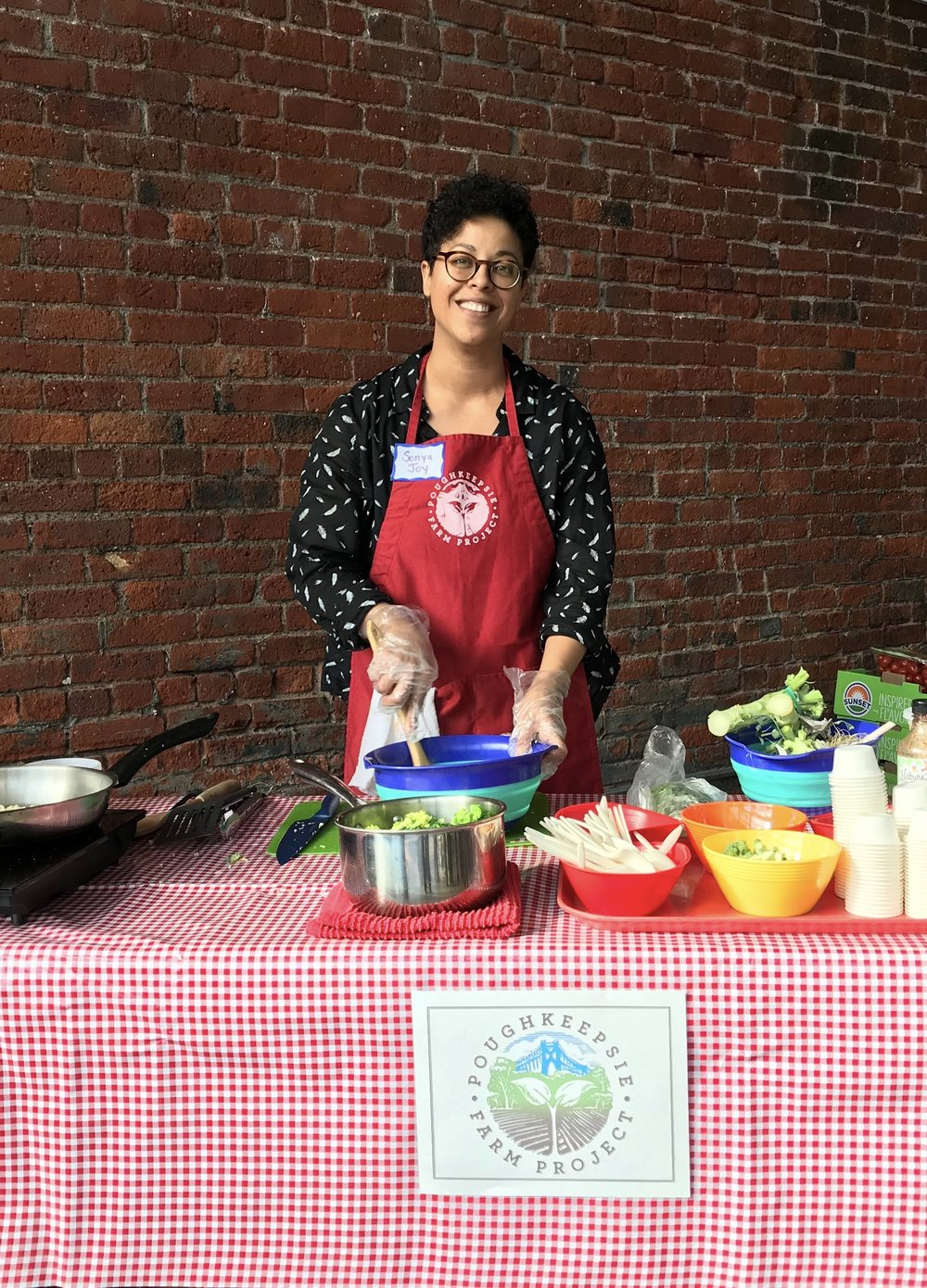 Chef Key offers tastes of healthy dishes prepared with produce available at the Free Farm Stand.